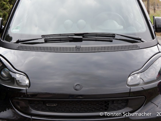 Front mit bösen Blick und schwarzen Smart-Emblem